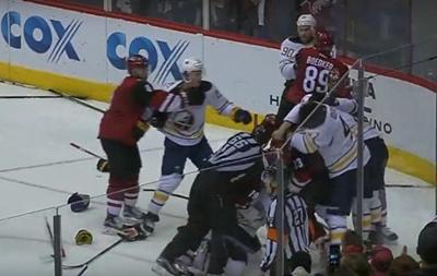 Після закінчення матчу NHL сталася масова бійка