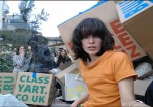 Мила Йовович просидела пять часов в стеклянном кубе с картонными ящиками