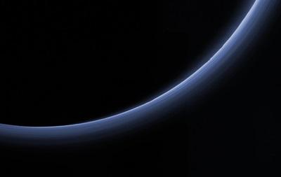 NASA показало в деталях голубую дымку на Плутоне
