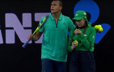 Французький тенісист допоміг дівчині на подачі м ячів, коли її запаморочило