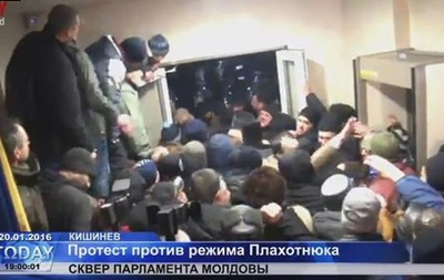 Протестувальники в Кишиневі прорвалися в парламент