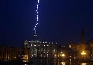 Небесный знак: в ночь после заявления об отречении Папы Римского в купол собора Святого Петра ударила молния