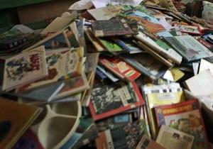Британец 11 часов провел под завалами из семи тысяч журналов