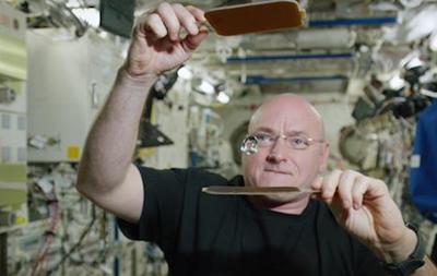 Астронавт сыграл в пинг-понг шариком воды