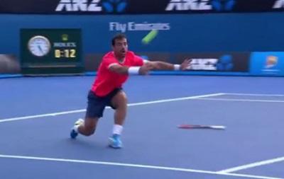 Теннисист бросил ракетку и отбил удар соперника рукой