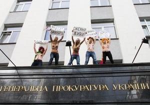 Активистки FEMEN забрались на карниз здания ГПУ, требуя наказания для  николаевских садистов