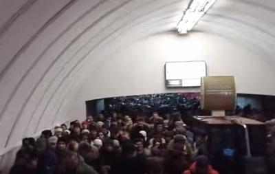 В киевском метро объяснили остановку  красной  линии