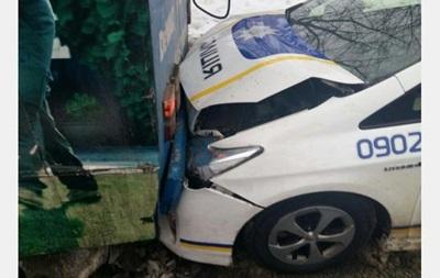 В Харькове полицейское авто въехало в троллейбус