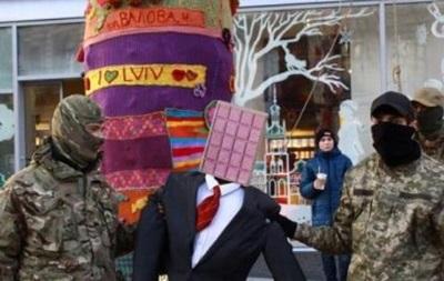 Во Львове повесили чучело Порошенко