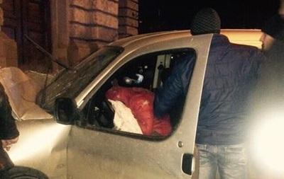 Во Львове авто врезалось в Оперный театр