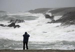 На западный берег Франции обрушился шторм. 400 тысяч домов остались без света
