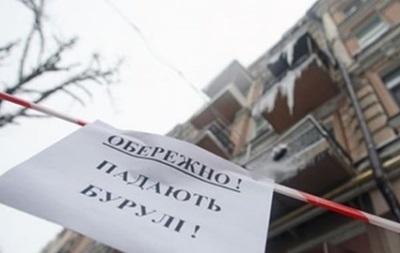 В Киеве на полицейского упала сосулька
