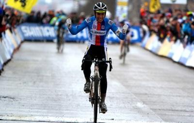 Чешский велогонщик отпраздновал победу за круг до финиша и проиграл