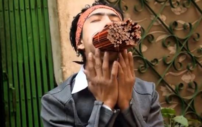 Житель Непала засунул себе в рот 138 карандашей