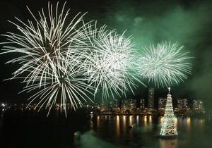 Зажглась самая большая в мире плавучая рождественская елка