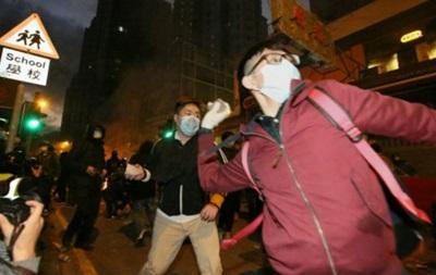 В Гонконге полиция разогнала торговцев, применив газ