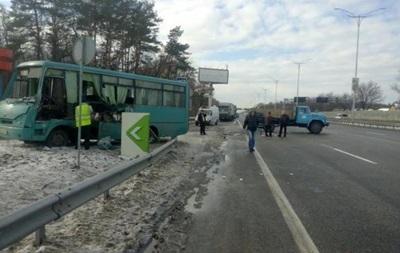 В Киеве столкнулись три машины и автобус