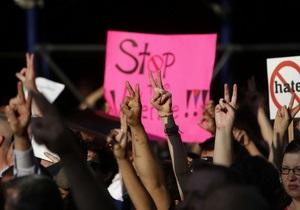 Тысячи людей вышли на улицы Манхэттена, протестуя против убийства гея
