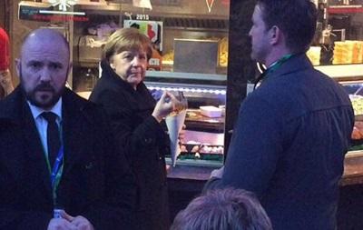 Меркель застали за перекусом фастфудом в уличном кафе
