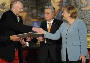 Меркель вручила приз автору скандальных карикатур на пророка Мухаммеда
