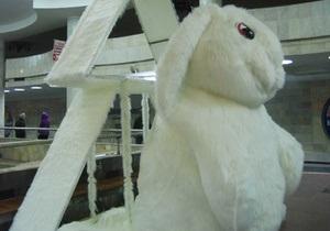 В харьковском метро появился четырехметровый кролик