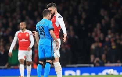 Форвард Арсенала нокаутировал игрока Барселоны тычком пальцев в плечо