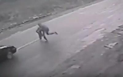 В Тячеве мужчина попал под авто, спасая ребенка