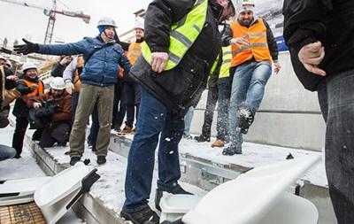 Болельщики Динамо легко разломали кресла на новом стадионе