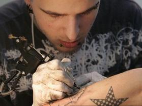 Итальянским полицейским запретили делать пирсинг и татуировки