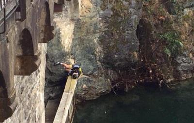 Велосипедист не пострадал после падения с 12-метрового моста