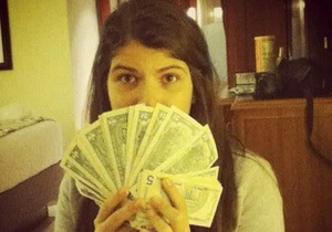 Дочь Чавеса похвасталась пачкой долларов, оборот которых в Венесуэле жестко ограничен