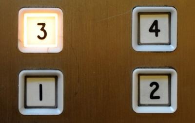 В Китае умершую в лифте женщину нашли спустя месяц