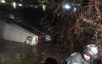 В США поезд сошел с рельсов, пострадали 14 человек