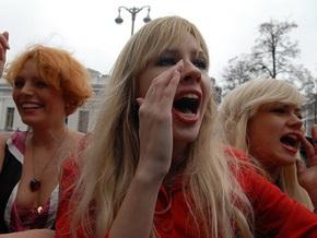 Активисток FEMEN отшлепают возле Министерства образования и науки Украины