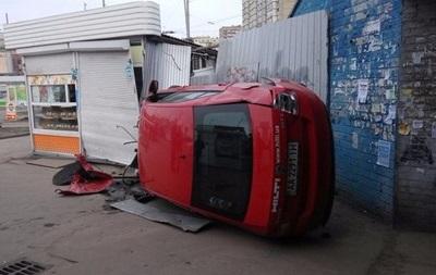 В Киеве на Троещине авто влетело в киоски