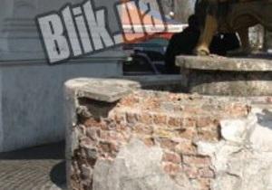 Памятник Самсону на Подоле начал разваливаться