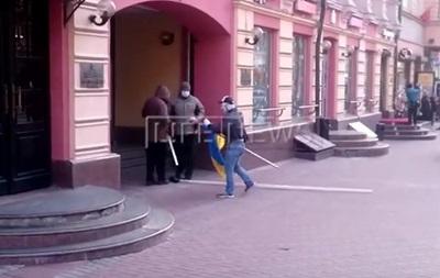 В Москве неизвестные сожгли флаг Украины