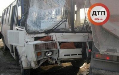 На Хмельниччині автобус врізався в фуру: є постраждалі