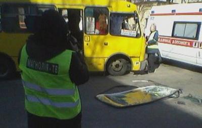 В Киеве столкнулись маршрутка и внедорожник