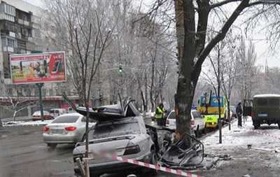 В Киеве Mercedes влетел в опору: двое погибших