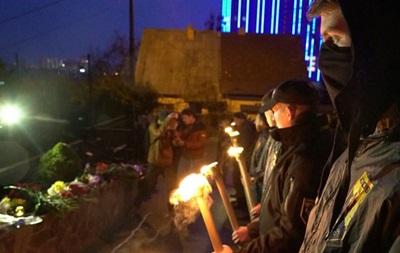 Азовцы  зажгли факелы у посольства Бельгии