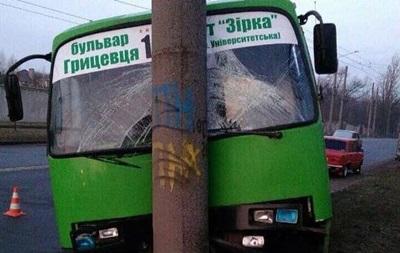 В Харькове маршрутка врезалась в столб