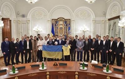 Порошенко вручил Фоменко и 9 игрокам сборной именное оружие