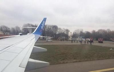 Взорвать самолет в Жулянах грозили два россиянина