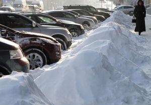 В Киеве поднимают автомобили, мешающие уборке снега, и возвращают их на место