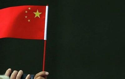 В Праге вымазали черным флаги Китая