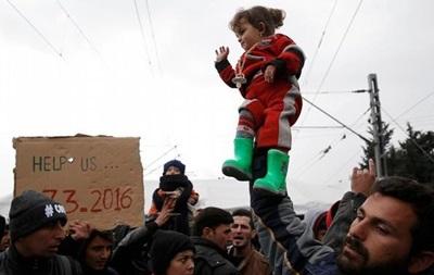 Сотни беженцев требуют открытия греческо-македонской границы