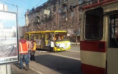 В Мариуполе маршрутка въехала в троллейбус