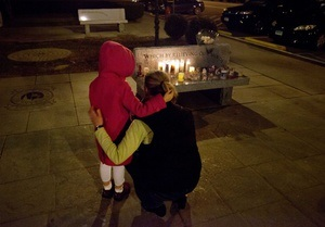 Массовое убийство в Коннектикуте: на улицы Сэнди Хук, где погибли дети, несут цветы и игрушки