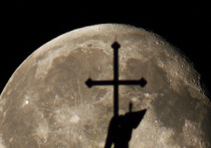 В Киеве неизвестные распилили крест на месте строительства католического храма